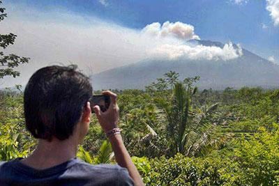gunung-agung-erupting