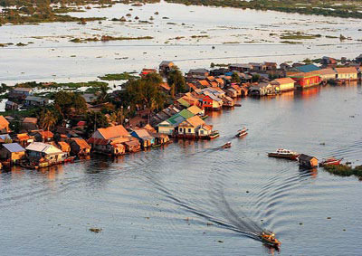Tonle_Sap_floating-village_w
